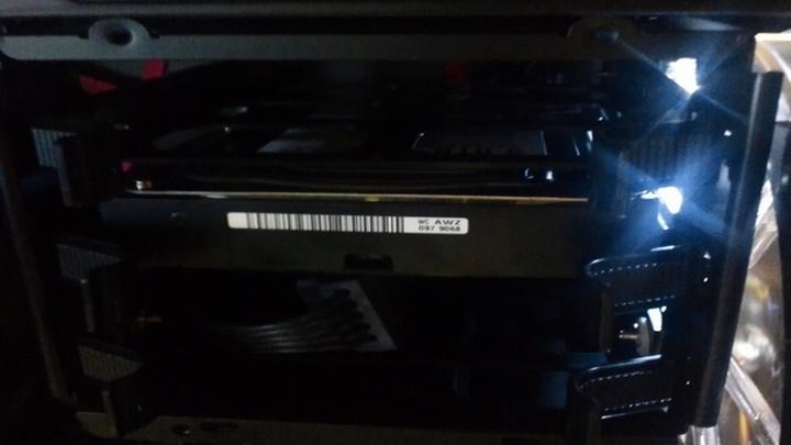 ハードディスクをベイにセット